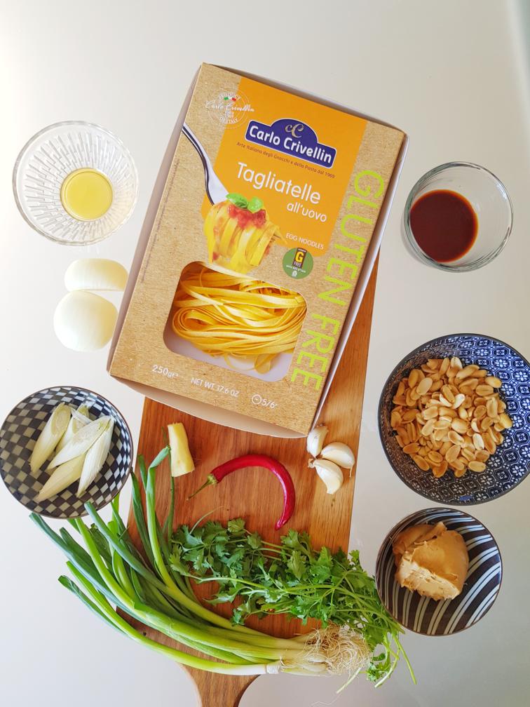 המרכיבים לבתוך כמה דקות, תוכלו להכין אצלם במטבח את אחת המנות הטעימות, הקלות ומלאות הטעמים. כך תכינו אטריות ביצים ללא גלוטן בחמאת בוטנים. צילום: דביר בר