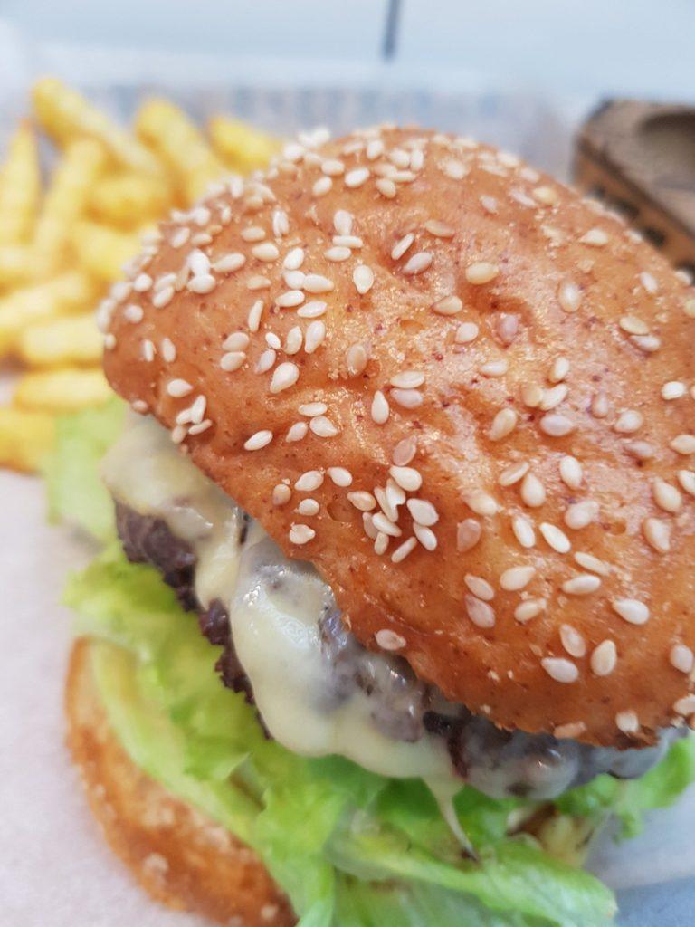 המבורגר ללא גלוטן. מיטבר. צילום: דביר בר