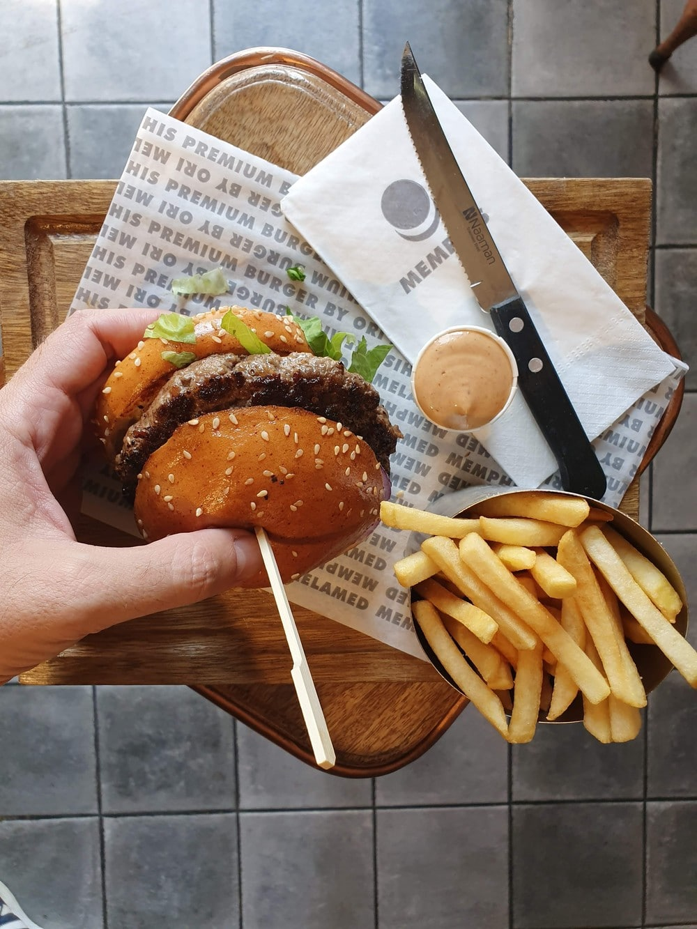המבורגר ללא גלוטן. ממפיס ירושלים. צילום: דביר בר