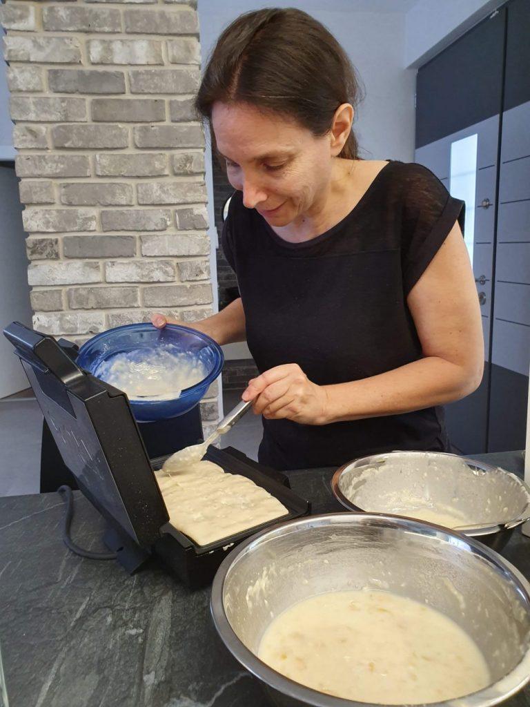 דורית רוזן מכינה וופל ללא גלוטן. צילום: דביר בר