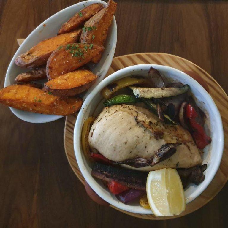 עוף וירקות בתנור במסעדה של ג׳יימי אוליבר. צילום: דביר בר